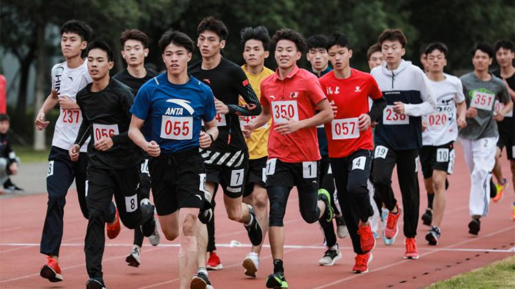 体能测试 国家队重点运动员深蹲像狮、腹肌杀手、背肌科科满分